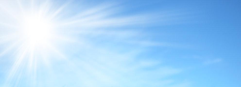 Sole splendente nel cielo azzurro