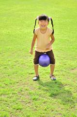 ボール遊びを楽しむ女の子