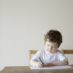 お絵描きをするハーフの男の子