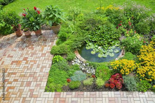 """schoner garten terrasse, schöner garten mit terrasse und teich"""" stockfotos und lizenzfreie, Design ideen"""