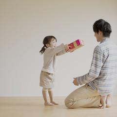 父親にプレゼントを渡す女の子