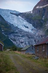 Foto op Plexiglas Heuvel glaciar noruega sobre pequeño pueblo
