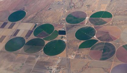 Luftaufnahme von kreisförmigen bewässerten Feldern