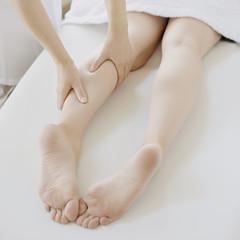 マッサージを受ける女性の足元