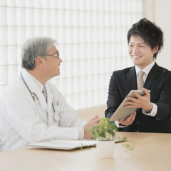 医者と話をするMR