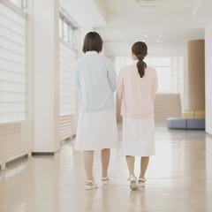 廊下を歩く2人の看護師の後姿