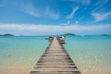 Fototapeta premium Drewniane molo z łodzi w Phuket, Tajlandia. Koncepcja lata, podróży, wakacji i wakacji.
