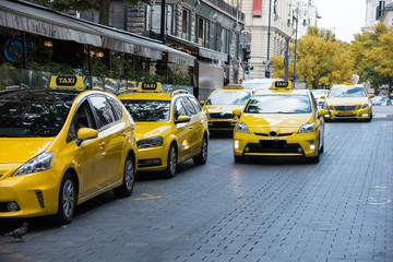 Foto auf AluDibond New York TAXI Taxi station, yellow taxi vehicles on the street of the big city
