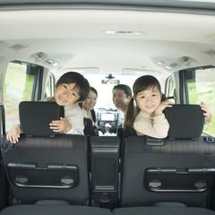 車の中で微笑む家族