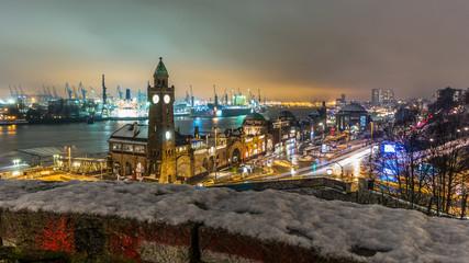 Landungsbrücken in Hamburg im Schnee