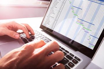 Fototapete - Businessman's Hands Working On Gantt Chart On Laptop