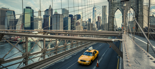 Fototapeten New York TAXI Famous Brooklyn Bridge