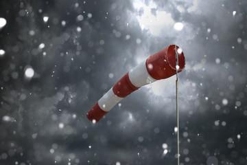 Windsack bei schlechtem Wetter und Schneesturm