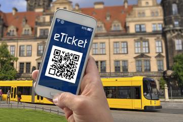 Smartphone mit E Ticket ÖPNV