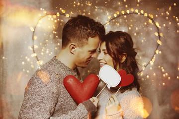 verliebtes Paar mit Herzen Romantik