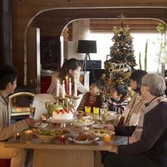 クリスマスパーティーをする3世代家族