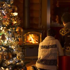 クリスマスツリーと寄り添うカップル
