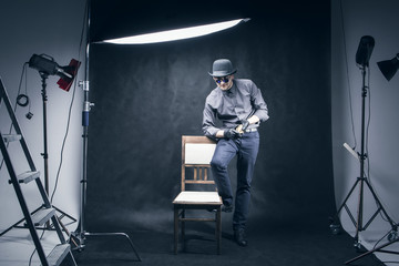 The man in the photo studio to take pictures