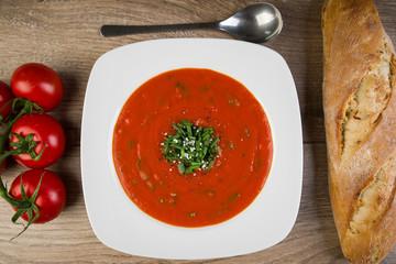 Frische Tomatensuppe mit Baguette
