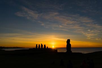 モアイの間に沈む夕陽 イースター島