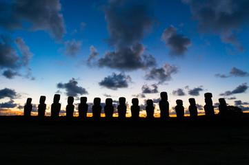 朝焼けに映る15体のモアイ イースター島 アフ・トンガリキ