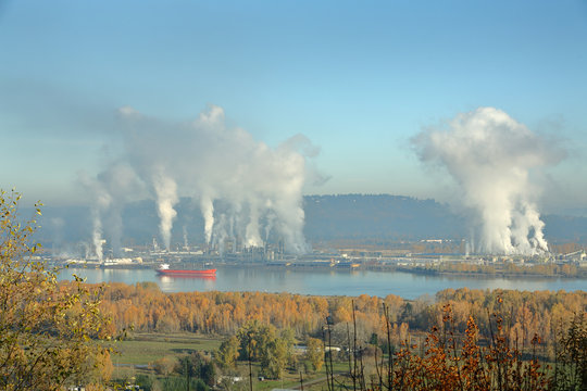 Longview, Washington, Columbia River. Longview, Washington State, USA. Pulp and paper mills on the Columbia River which separates Washington and Oregon.
