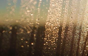 Regentropfen an einer Scheibe