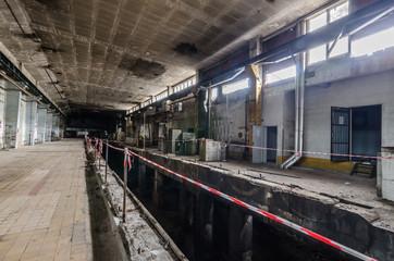 lange halle in einer papierfabrik
