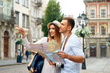Couple With Map On Travel Vacations, Sightseeing Fototapete