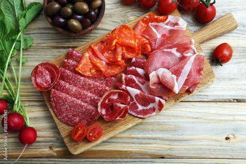 antipasto italiano con prosciutto e salame su tagliere di legno ...