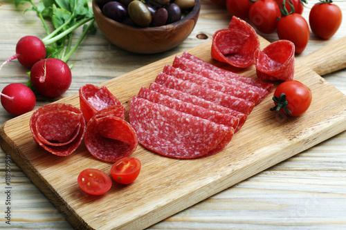 antipasti salame su tagliere di legno sfondo tavolo di cucina ...