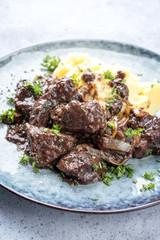 Frisches Kalbsleber Ragout in Rotwein Sauce mit Kartoffel Püree als Draufsicht auf einen Teller