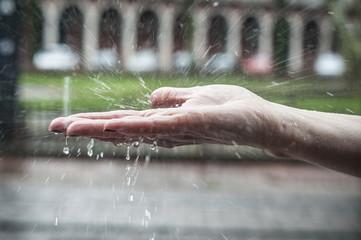 détail main de femme sous la pluie