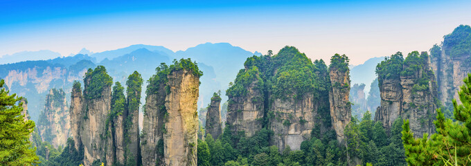 Photo sur Plexiglas Bleu ciel Zhangjiajie. Huangshi Stockaded Village Scenic Spot (Huangshizhai). Located in Wulingyuan Scenic and Historic Interest Area (Wu Ling Yuan Feng Jing Ming Sheng Qu), Hunan, china.