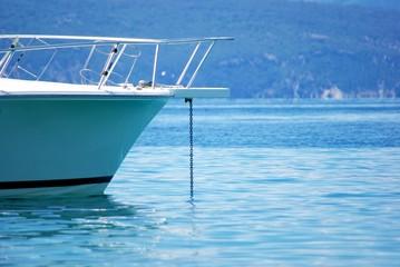 Motorboot liegt vor Anker, blaues Meer