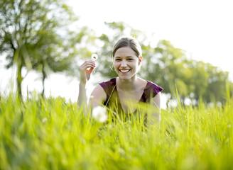 glückliche Frau mit Pusteblume