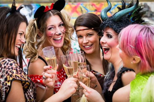 Frauen An Weiberfastnacht Im Fasching Stossen Mit Sekt An Stockfotos