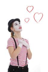 jeune fille mime masque blanc amoureuse avec dessins de coeur