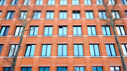 Gebäude Backsteine abstrakt Fensterfront Hochhaus