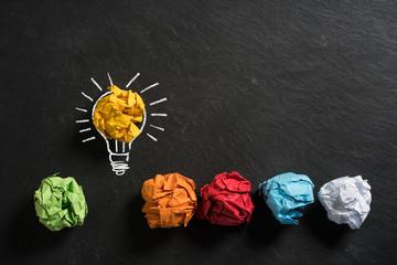 Papierkugeln die Ideen symbolisieren, mit einer die heraussticht
