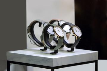 Piękne męskie zegarki na marmurowej podstawce.