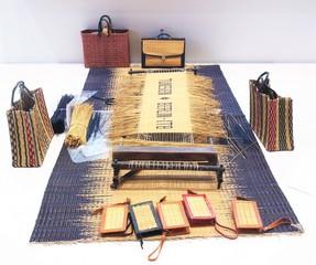 Ręcznie tkane torby i portfele ze słomy