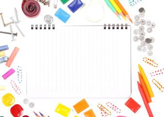 блокнот для записей и канцелярия лежит на столе