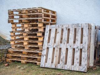 Holzpaletten auf einer Baustelle