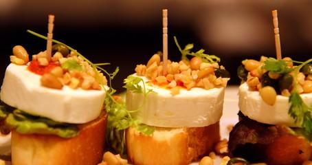 Leckere Tapas mit Käse, Linsen und Salat auf Baguette