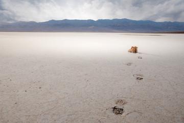 traces de pas et chaussures dans le désert