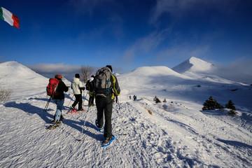 alpinisti che scendono dalla cima di Piazzo. Sullo sfondo mi monte Sodadura - alpi Orobie