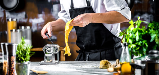 Chefkoch in der Küche ( Teig Zubereitung)
