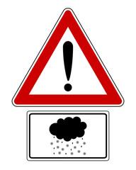 Warnschild mit Zusatzschild und Schneeregen