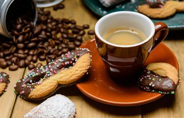Caffè espresso con biscotti di carnevale
